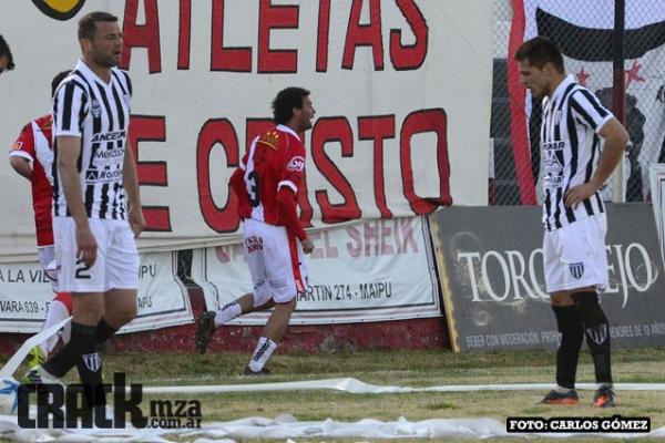 Manrique sale a festejar su gol. Con ese tanto, Maipú se quedó con el triunfo.