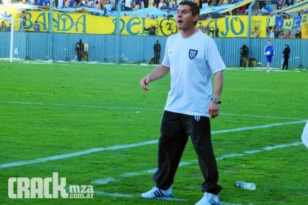 El entrenador le dio una arenga vital a sus jugadores en la previa del partido.